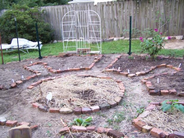 Keyhole planting area